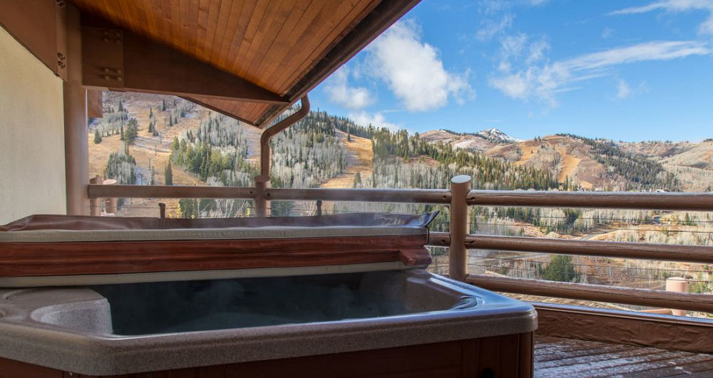 Enjoy private hot tub with great views of the slopes. Photo: Stein Eriksen Lodge - image_8