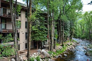 Located in a peaceful area just outside downtown Aspen. Photo: Frias Properties