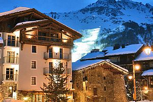 Wonderful family friendly hotel in the heart of Val d\'Isere. Photo: Les 5 Freres