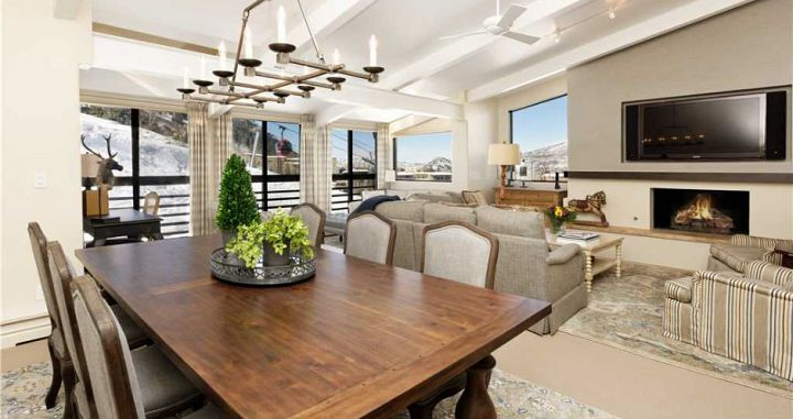 Spacious living and dining areas, perfect for family ski vacations. Photo: Aspen Alps - image_7