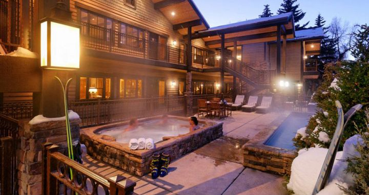 Fantastic outdoor hot tub and pool for post-ski soaks. Photo: Frias Properties - image_1