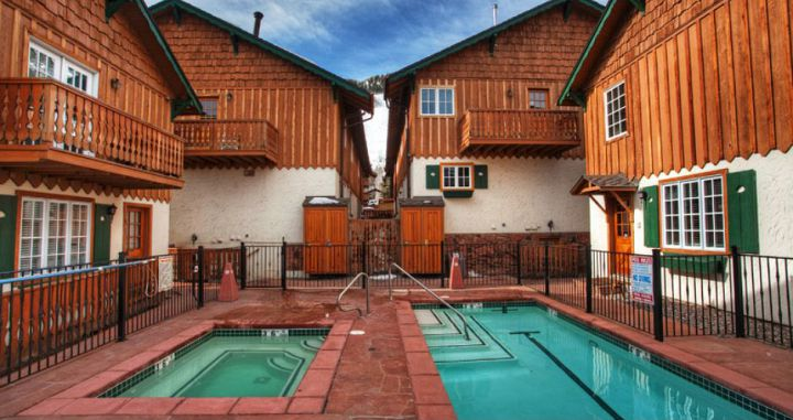 Enjoy the outdoor hot tub and pool after a day on the slopes. Photo: Frias Properties - image_1