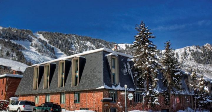 Chateau Chaumont is wonderfully located in the heart of downtown Aspen. Photo: Frias Properties - image_0