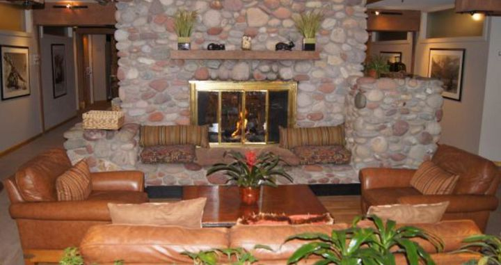 Cosy and comfortable lobby to enjoy the open fireplace. Photo: Aspen Mountain Lodge - image_1