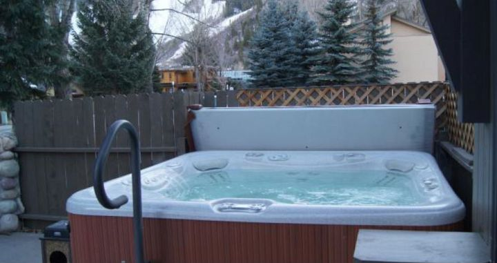 The perfect spot to soothe those skier legs after a day on the slopes. Photo: Aspen Mountain Lodge - image_4