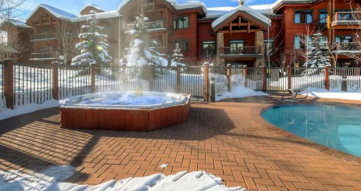 Enjoy outdoor hot tubs and swimming pools. Photo: Wyndham Vacations - image_4