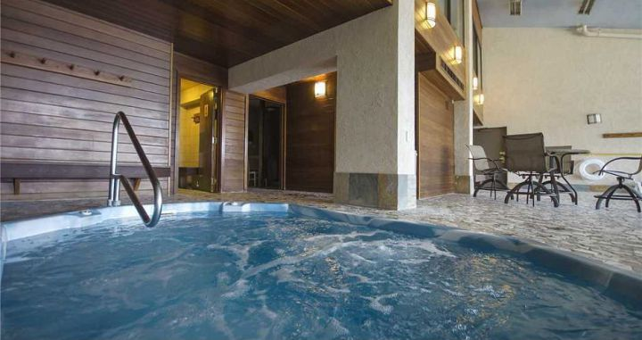 Indoor hot tubs to soothe those tired skier legs. Photo: Bronze Tree - image_6