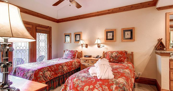 Twin bedding available in many rooms, ideal for smaller families. Photo: The Charter at Beaver Creek - image_5