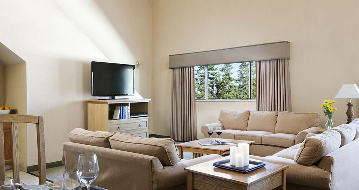 Comfortable and spacious lounge for the whole family. Photo: Mammoth Mountain Inn - image_8