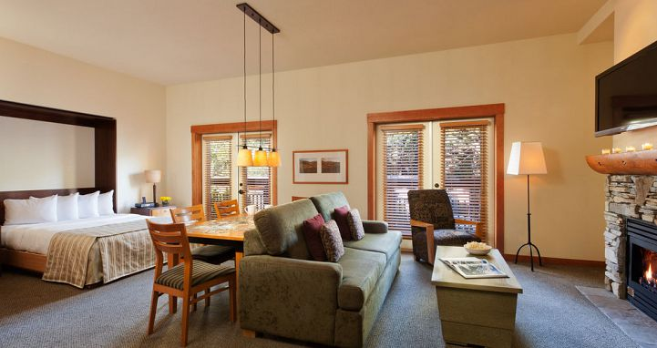 Studio condos are ideal for a romantic ski vacation in Mammoth. Photo: The Village Lodge - image_10